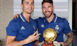 Look: Ramos presents Ronaldo with Ballon d'Or cake