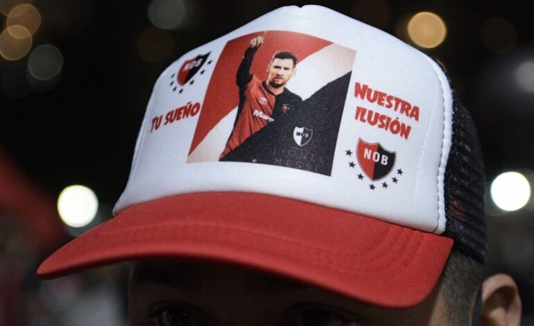Newell's Old Boys fans try to tempt Messi to Argentina with parade